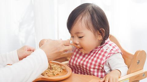 Apakah si kecil membungkuk saat makan dan menyusu?