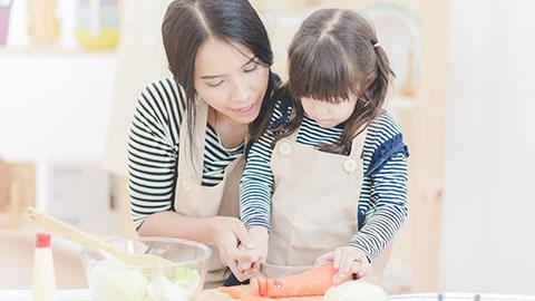 Aman Beraktivitas Bersama Si Kecil di Dapur