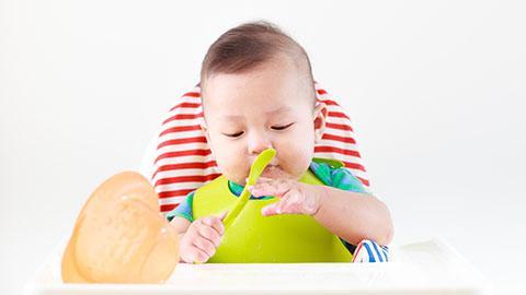 Bantu Si Kecil Makan Sendiri