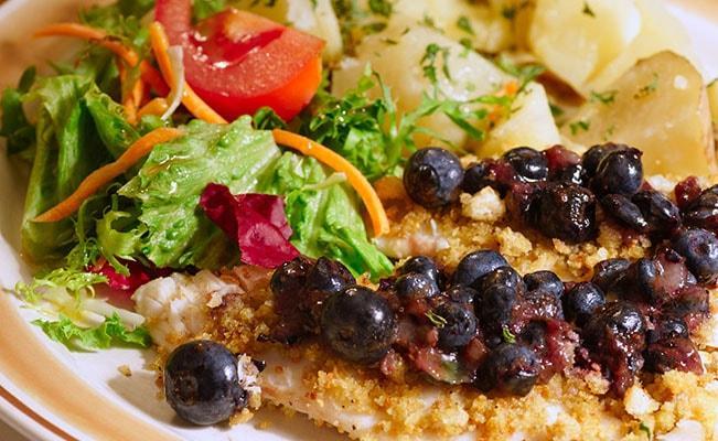 Irisan Daging Ikan Dengan Blueberry Mangga