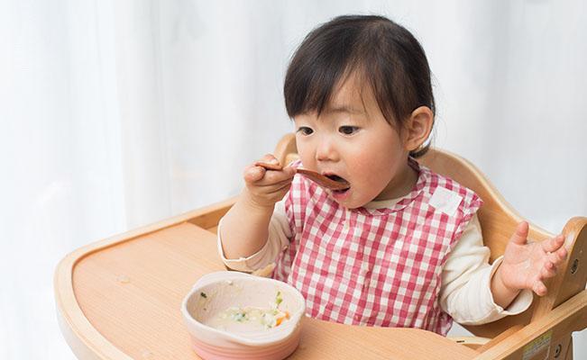 Tips Membiasakan Si Kecil Makan Sendiri