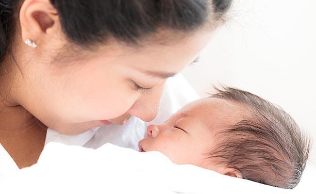 Yang Perlu Ibu Ketahui Tentang BAB Berdarah Pada Bayi
